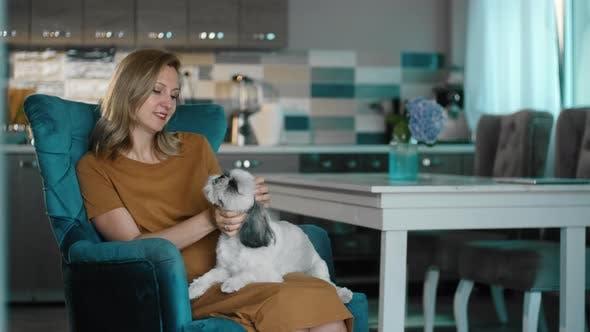 Frau Bindung mit Hund Streicheln Haustier Rbbro