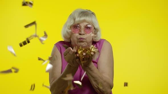 Thumbnail for Happy Senior Alte Frau lacht, Blasen Konfetti glitzert, Geburtstag feiern, Lotterie gewinnen