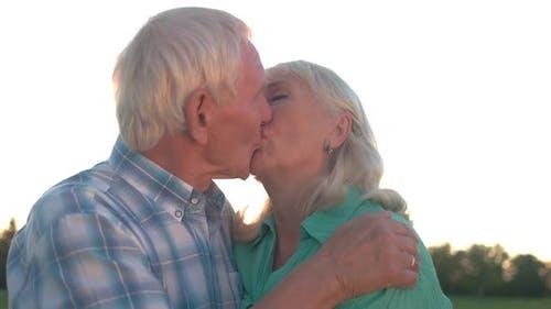 Seniorenpaar Küssen.