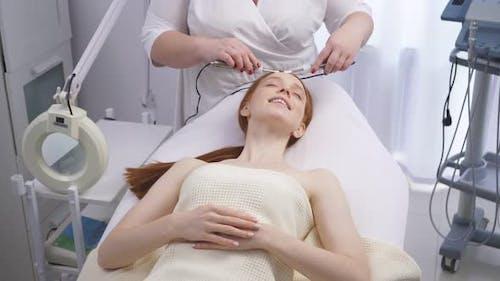 Frau erhält Mikroströmungen in einem Kosmetologie-Salon.