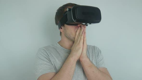 Thumbnail for Mann in einem Helm der virtuellen Realität verwendet moderne Technologien der virtuellen Realität