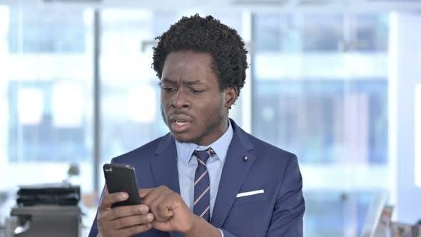 Thumbnail for African American Geschäftsmann erhalten schockiert auf Handy