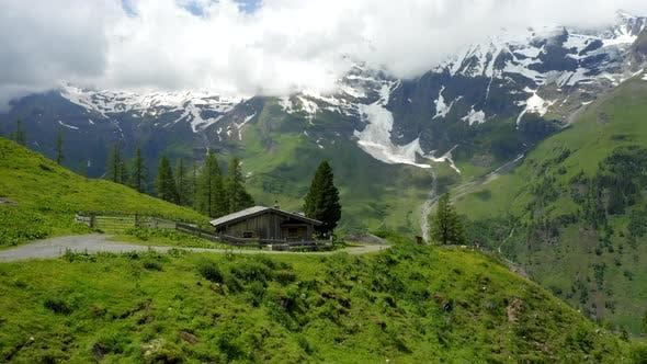 Thumbnail for Belle nature idyllique verte prairie des Alpes chaîne de montagnes couvertes de neige le jour d'été