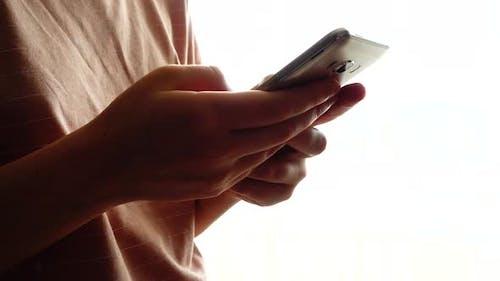 Smartphone in den Händen eines Mädchens 3