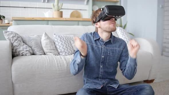 Thumbnail for Aufgeregt Mann mit Virtual Reality Headset spielen auf Luftdrums VR 360 Video spiel