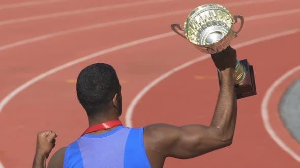 Thumbnail for Athlet beweist seine Stärke und Mut durch den Sieg goldenen Cup, Stolz der Nation