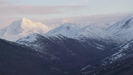 Nahaufnahme auf blauen und weißen Troopers Hubschrauber über Alaska Wildnis und Powerlines, Drohne