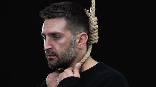 Verängstigter Mann mit Hangmans-Schlinge um den Hals Blick in die Kamera, Todesstrafe
