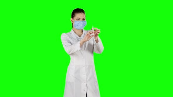 Cover Image for Syringe with a Medicine in a Hand, Green Screen