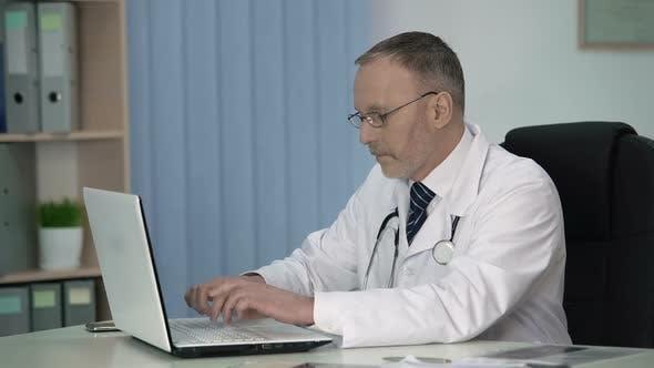 Thumbnail for Müde Therapeut füllt Elektronisch Akten nach Patientenuntersuchung aus