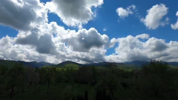 Wolken über den Bergen in Rumänien
