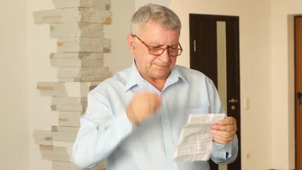 Thumbnail for Grauhaarige Mann liest die Instruktion in seiner armen Sehkraft