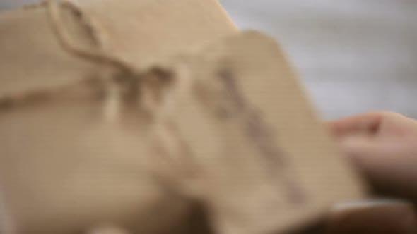 Thumbnail for Verpackt in braunem Papier Geschenk zum Vatertag