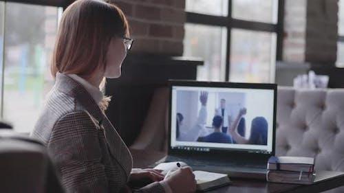Online Training, the Girl Entrepreneur Is Remotely Training for Advanced Training Raises Her Hand