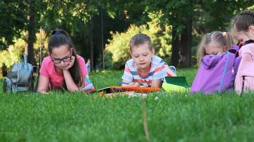 Kinder und Bildung, eine Gruppe von Schulkindern