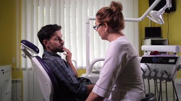 Thumbnail for Zahnärztin kommuniziert mit dem Klienten in der Klinik