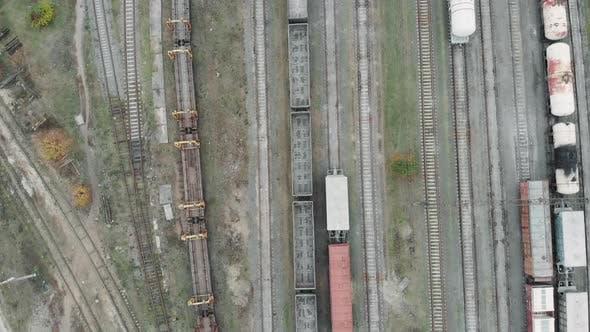 Luftaufnahme eines mit Zügen und Güterwaggons gefüllten Frachtbahnhofs