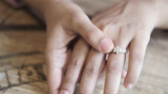 Nahaufnahme von Frauenhänden mit Ehering