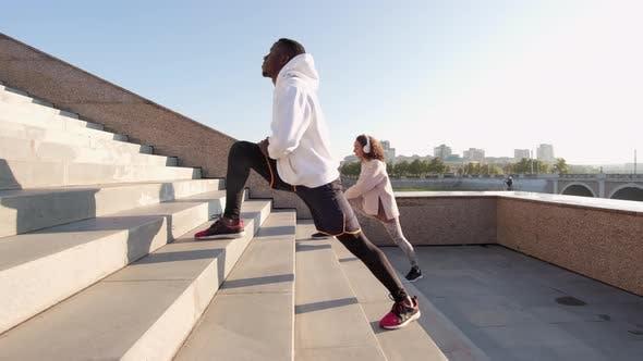 Thumbnail for Paar Treppen-Workout im Freien