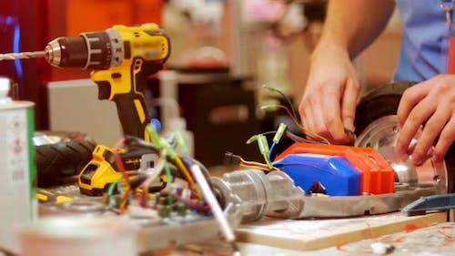 Moderne Technologische Ausstellung - ein Mann mit irgendeiner Art der Erfindung