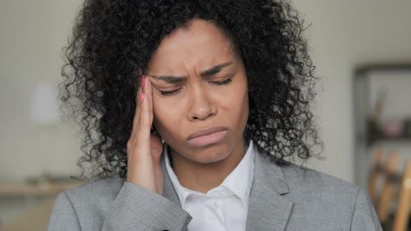 Thumbnail for Dolor de cabeza, Mujer de negocios africana estresada con dolor en la cabeza