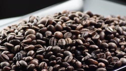 Kaffeebohnen auf einem schwarzen Tablett