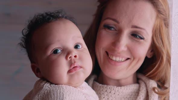 Eine Frau hält ein Kind