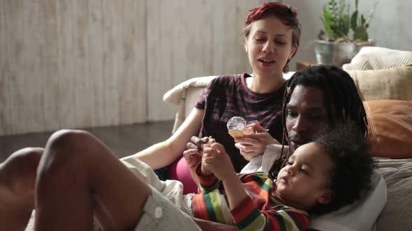 Thumbnail for Entzückende lockige gemischte Rasse Kind Essen Kekse