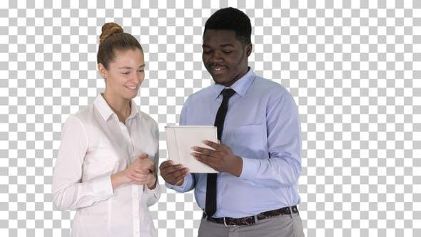 Thumbnail for Moderne Geschäftsleute arbeiten auf einem Tablet, Alpha-Kanal