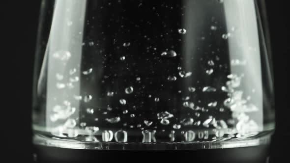 Thumbnail for In einem Wasserkocher mit Glaswänden kocht Wasser. Makro-Studio-Aufnahme