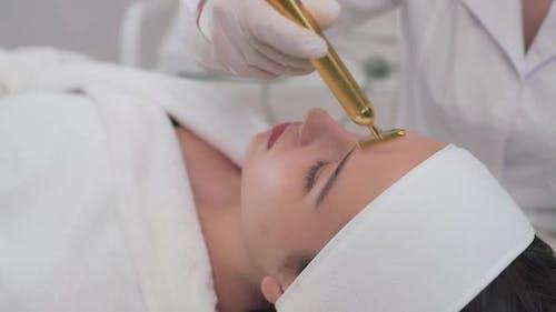 Seitenansicht des Mädchens tun Gesichtskosmetik Verfahren in der Klinik