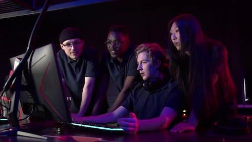 Cyber Gamers diffusés en direct depuis leur terrain d'entraînement Communiquer avec leurs fans en direct