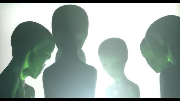 Aliens regardant avec une lumière verte