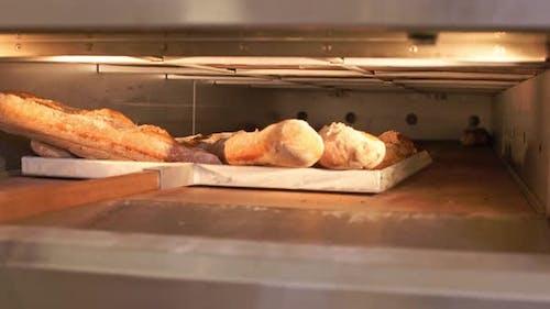 The Baker Schaufeln Brot aus dem Ofen