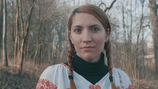 Traditionelle rumänische Frau mit Zöpfen