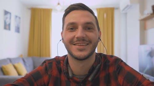Jeune homme Webcam Appel vidéo de travail à partir de la maison Covid 19
