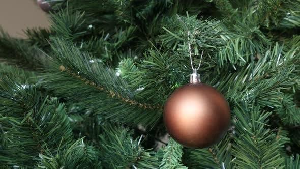 Thumbnail for Nahaufnahme von Heiligabend und Tag Baum mit schönen matten Ornament 4K 2160p 30fps UltraHD Filmmaterial