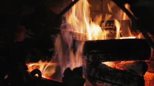 Brûler le feu avec du bois et des jambes