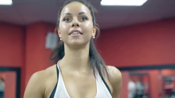 Nahaufnahme lächelnde junge Frau läuft auf Laufband im Sportverein