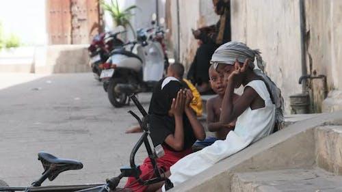 Des enfants africains jouent dans les bidonvilles urbains sales d'Afrique de l'Est Stone Town Zanzibar