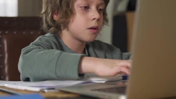 Schüler Schüler im Gespräch mit Internet-Lehrerin über Laptop Spbd