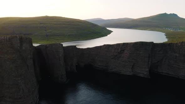 Thumbnail for LuftDrohne Video Fliegen über der Sorvagsvatn See