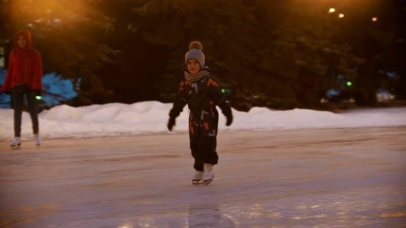 Thumbnail for Ein kleines Kind versucht zu skate auf der Eisbahn