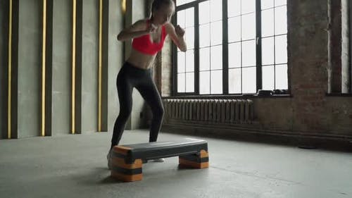 Frau Springt auf Step-Plattform Zeitlupe