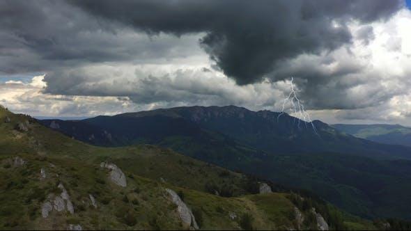 Blitz mit Panoramablick auf die Berge