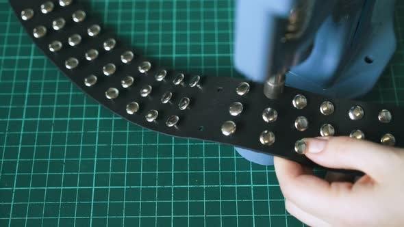 Thumbnail for Erfahrene Arbeiter Sets Metall Holnitens in schwarz Halsband