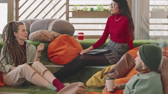 Junge Start-up-Mitarbeiter diskutieren Projekt