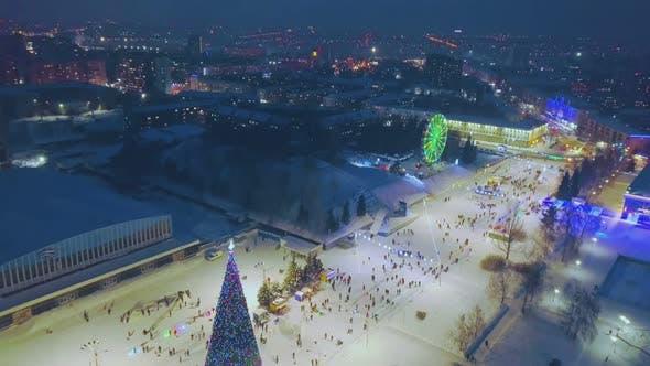 Foire d'hiver avec vue aérienne sur sapin de Noël et grande roue