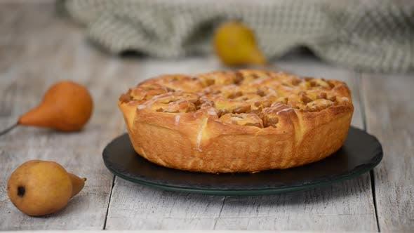 Thumbnail for Süße Hefe Brötchen mit Birnenfüllung auf rotierendem Tisch Herbst Backen