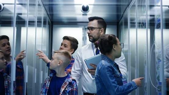 Thumbnail for IT-Techniker, die Kinder in einem Serverpark umgehen